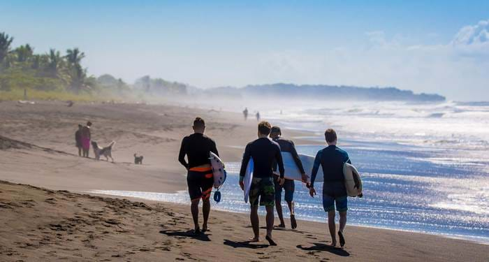 surfing-costa-rica-surfers-walking-on-beach