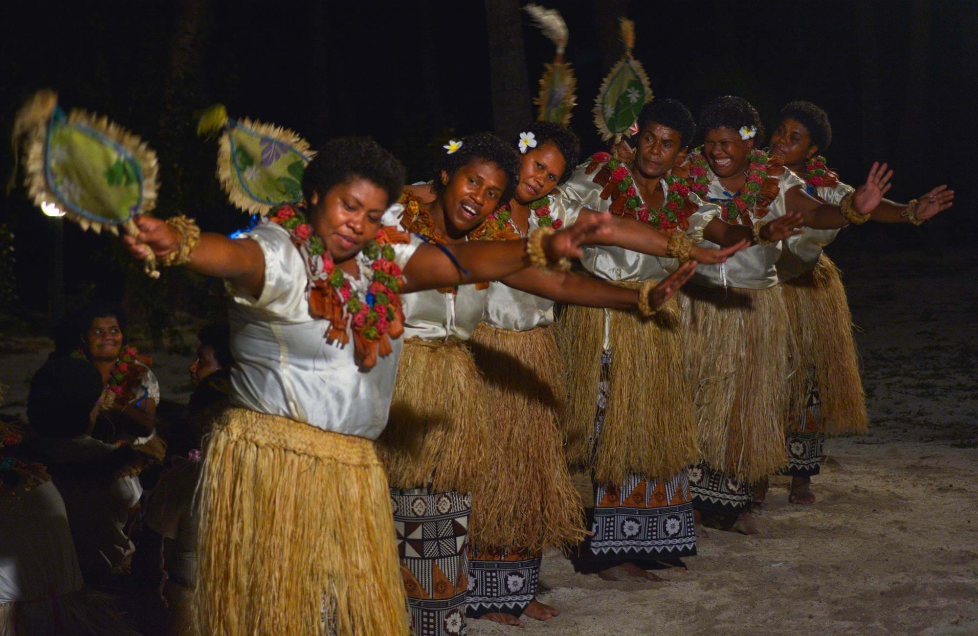 kvinnor dansar den traditionella dansen meke fan under en resa till fiji