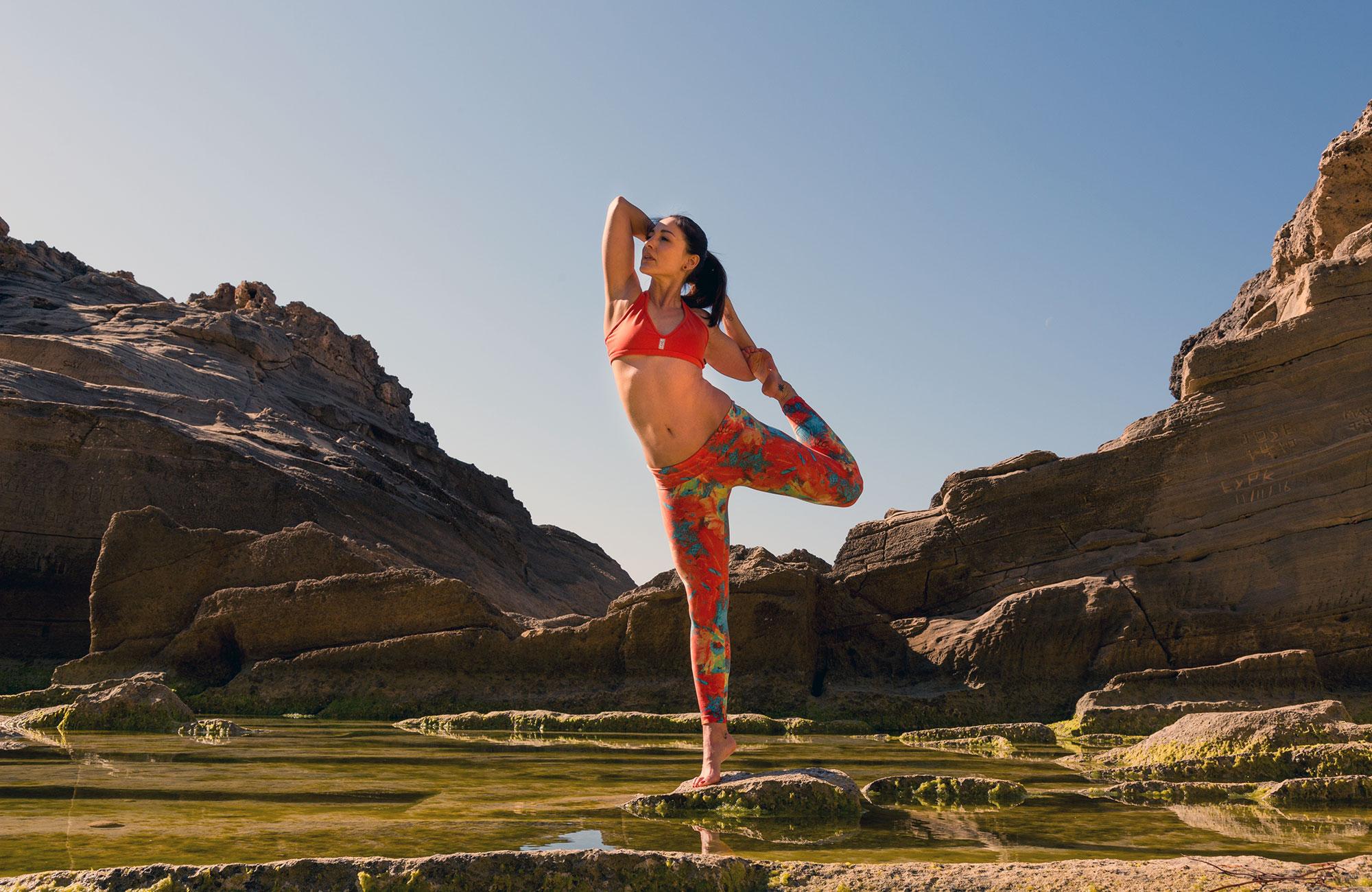 Kvinna utövar yoga på fitness camp på Mallorca i Spanien-