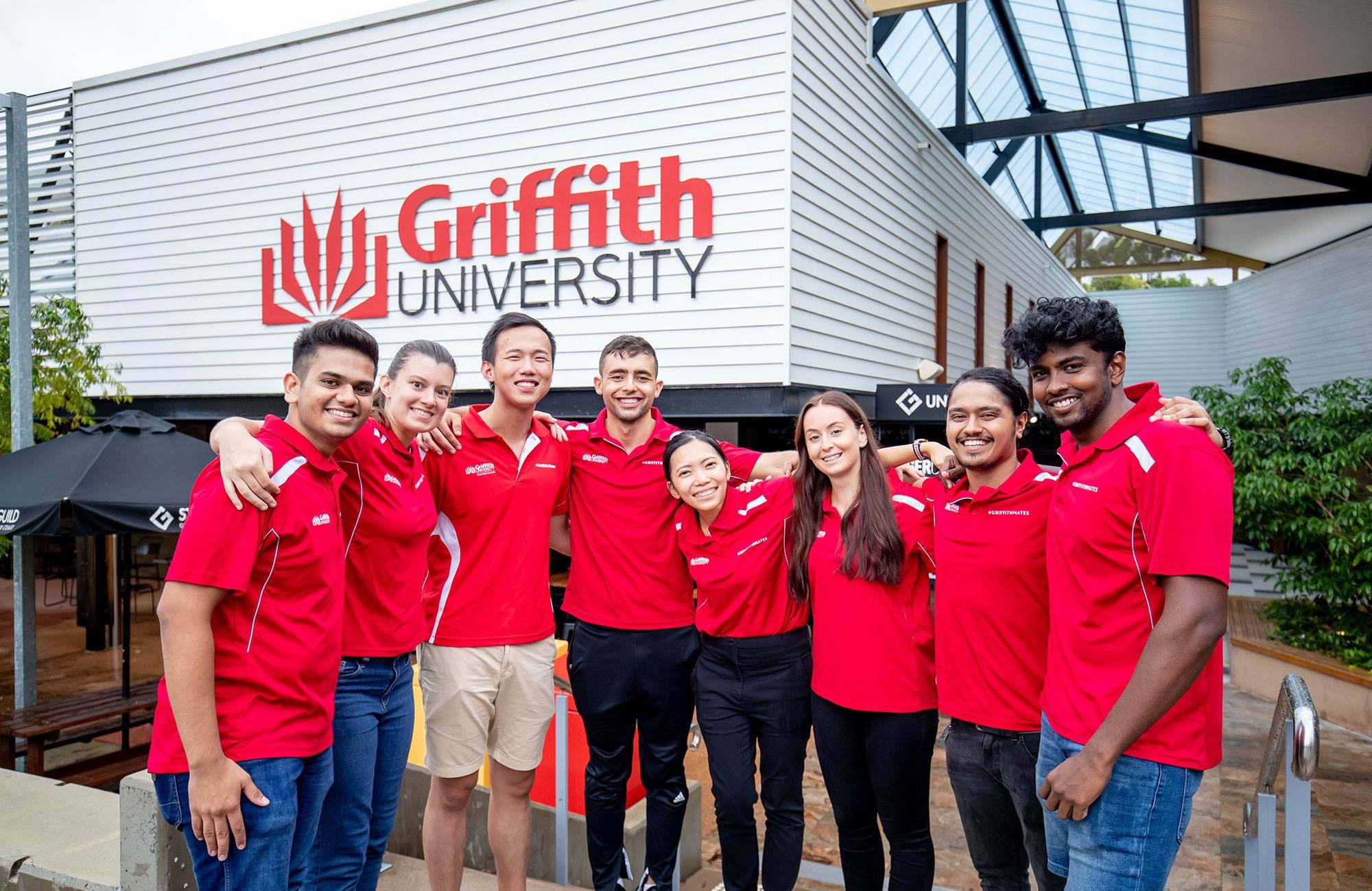 studenter vid griffith university med matchande tröjor