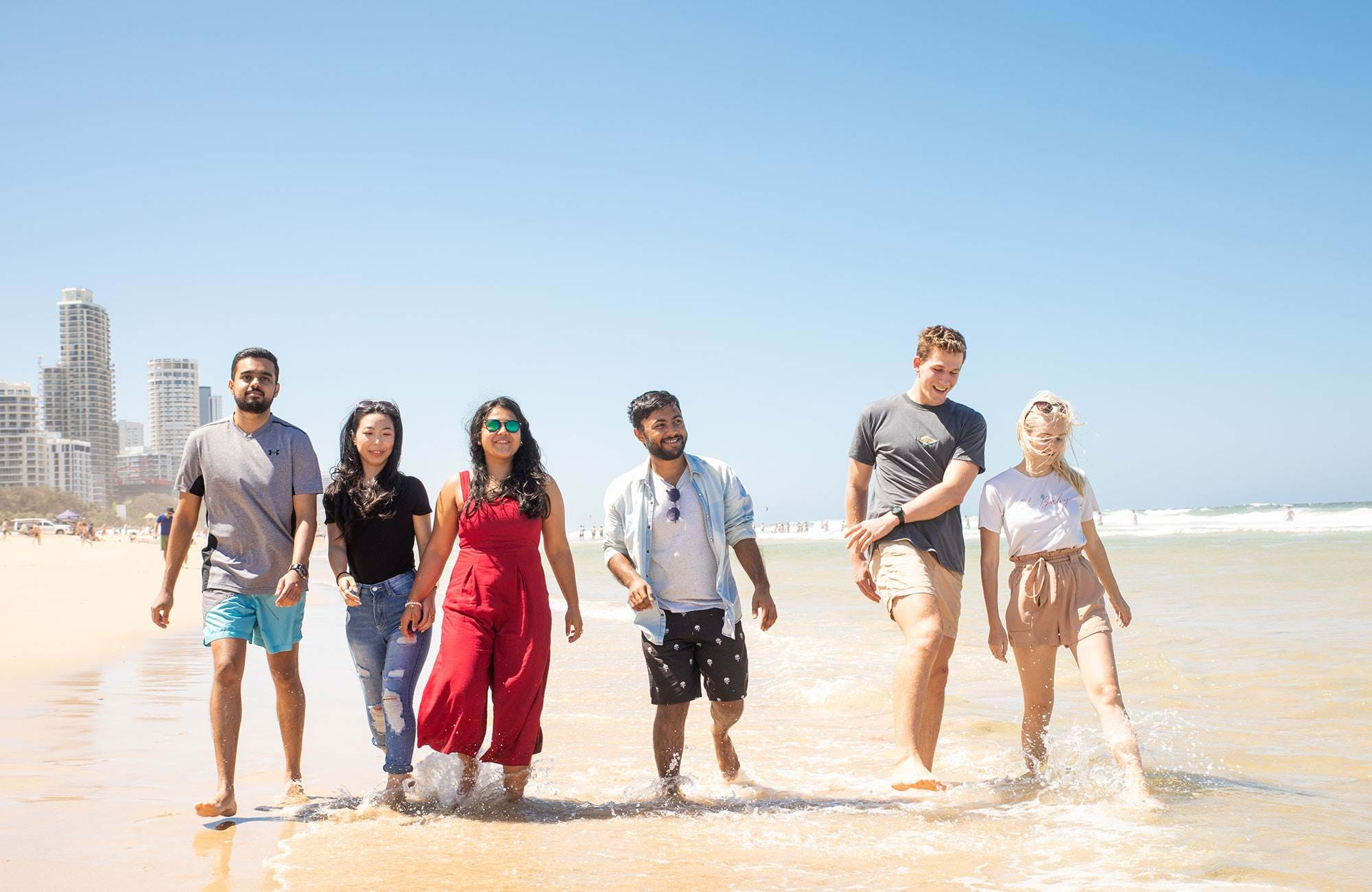 studenter vid griffith university promenerar på stranden